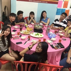 Photo taken at Restaurant Ho Ho Steamboat (好好海鲜火锅之家) by Eunice L. on 7/11/2015