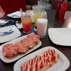 Photo taken at Pizza Hut by Donnie I. on 4/11/2015