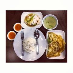 Photo taken at BB Hailam Chicken Rice by Zulkarnain S. on 12/28/2012