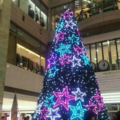 Photo taken at 롯데백화점 (LOTTE Department Store) by Yujin C. on 12/15/2012