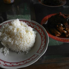 Photo taken at Rumah Makan ELLA - Spesial Bebek Goreng Pedas by Edhie L. on 11/17/2014