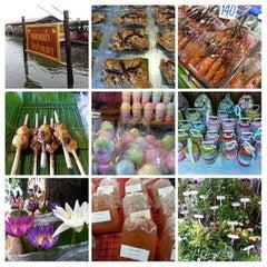 Photo taken at ตลาดน้ำวัดลำพญา (Wat Lam Phaya Floating Market) by Mon P. on 10/3/2015