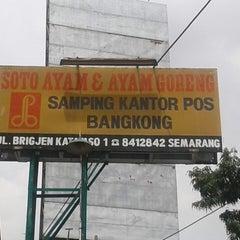 Photo taken at Soto Ayam & Ayam Goreng Bangkong by Wahied Dablongan N. on 1/3/2014