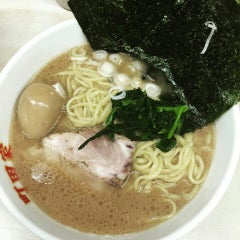 Photo taken at 横浜ラーメン町田家 町田本店 by kyoto l. on 7/21/2015