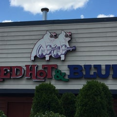 Photo taken at Red Hot & Blue  -  Barbecue, Burgers & Blues by Raymond D. on 7/14/2015