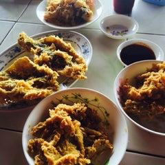 Photo taken at Firdausy Seafood Corner by Noor Fashareena R. on 10/23/2014
