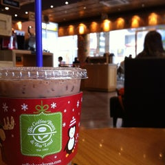 Photo taken at The Coffee Bean & Tea Leaf by Daniel K. on 2/25/2013