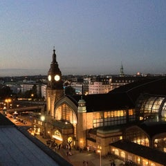 Photo taken at Hamburg Hauptbahnhof by bosch on 10/20/2012