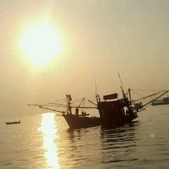 Photo taken at ท่าหน้าบ้าน เกาะล้าน by MJ Jiraprapha N. on 12/18/2012
