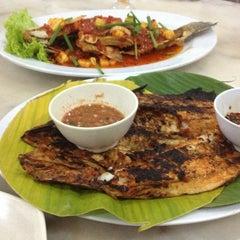 Photo taken at Restoran Perantau Seafood & Western Food by Mohammad N. on 12/22/2012