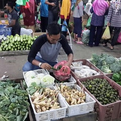 Photo taken at Pasar Borong Kemunting by Nazrin I. on 7/15/2015