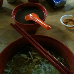 Photo taken at Jalan Ipoh Curry Mee by Nicole C. on 4/18/2013