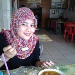 Photo taken at Sop Ikan Aulia by Julpri A. on 3/30/2013