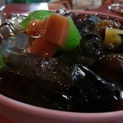 Photo taken at ขนมหวานหน้าแสงทอง by ขนมปั๊บ ร. on 9/17/2013