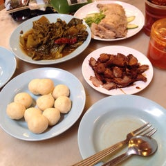 Photo taken at Famosa Chicken Rice Ball (古城鸡饭粒) by Veronne C. on 7/19/2015