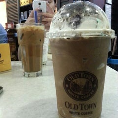 Photo taken at OldTown White Coffee by Pau S. on 8/28/2015
