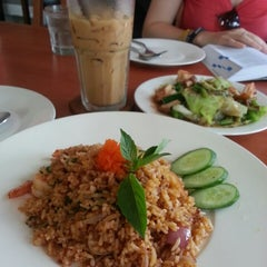 Photo taken at กาแฟราชดำเนิน (Ratchadumnern Coffee) by shawnelise t. on 6/19/2013