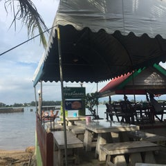 Photo taken at ครัวเสม็ดแดง (Krua Samed Dang) by Rattawan C. on 9/13/2015