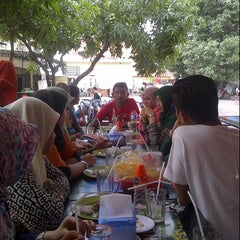 Photo taken at Raja Kuliner by fajar a. on 1/11/2014