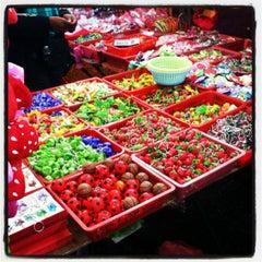 Photo taken at Brinchang Pasar Malam by Khairul N. on 10/13/2012