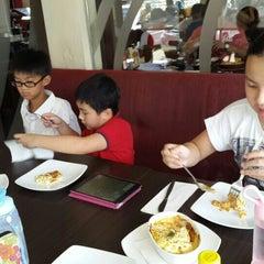 Photo taken at Pizza Hut by Dahlia K. on 9/7/2014