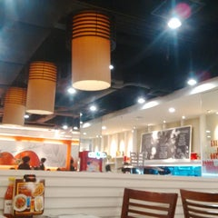 Photo taken at Pizza Hut by Sylvia 'cetz' W. on 3/1/2015