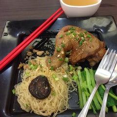 Photo taken at นายเม้งบะหมี่ปู เกี๊ยวกุ้งยักษ์ (Meng Noodle) by Candi P. on 9/27/2014