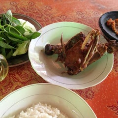 Photo taken at Bebek Goreng Haji Slamet by Delicious Demon on 8/28/2014
