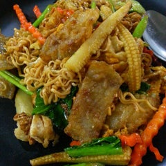 Photo taken at ร้านอาหารตามส่ัง พ่ีแหม่ม พ่ีดิศ by Sev S. on 3/24/2013