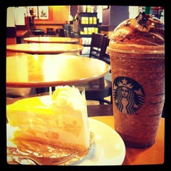 Photo taken at Starbucks (สตาร์บัคส์) by Piyachat R. on 5/6/2013