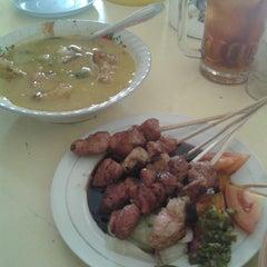 Photo taken at Warung Makan Sate Kambing & Gulai Kacang Ijo Pak Boy by Ganis D. on 3/25/2013