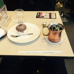 Photo taken at Cafeルノアール ヨドバシAkiba横店 by varian™an on 12/18/2015