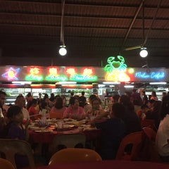 Photo taken at Ling Loong Seafood No. 6 Topspot by Leonora Salma M. on 3/28/2015
