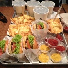 Photo taken at Shake Shack | شيك شاك by Nourah_a3 on 3/27/2013
