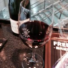 Photo taken at ワールド・ワインバー by ピーロート(World Wine Bar by Pieroth) 羽田空港店 by miomio on 3/20/2014