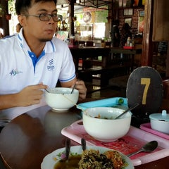 Photo taken at Bakso Kuto Wong Malang Cak To by Esa M. on 8/10/2014