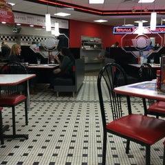 Photo taken at Steak 'n Shake by Roberto B. on 3/7/2015