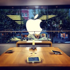 Photo taken at Apple Store by Patrick T. on 10/12/2012