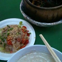 Photo taken at Ho Kee Porridge 和记粥 by Stephanie T. on 10/15/2014