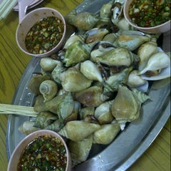 Photo taken at Sin Huat Eating House 新发海鲜馆 by Margret L. on 10/18/2012