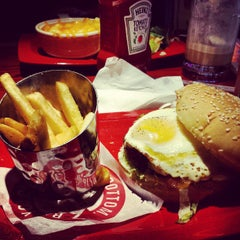 Photo taken at Red Robin Gourmet Burgers by Matt J. on 9/14/2013