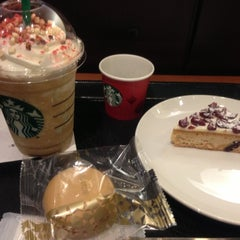 Photo taken at Starbucks Coffee 東京急行大井町駅店 by Satomi M. on 12/3/2012