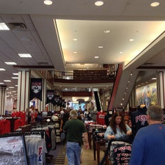 Photo taken at Penn Bookstore by Yegor V. on 6/24/2013