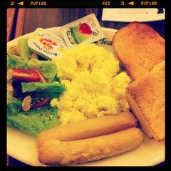 Photo taken at The Coffee Bean & Tea Leaf by Rizal E. on 12/15/2012
