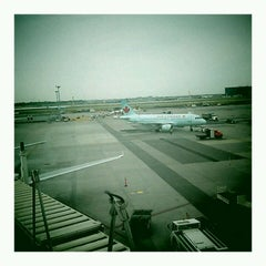 Photo taken at Maple Leaf Lounge (Domestic) by Philippe R. on 9/21/2012