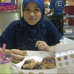 Photo taken at Big Apple Donuts by Nasz M. on 11/13/2012