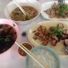 Photo taken at ข้าวต้มปฐม by Yingzz Z. on 11/4/2014