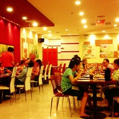 Photo taken at Pizza Hut by Wish on 6/20/2013