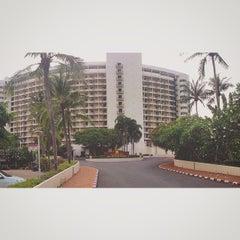 Photo taken at The Montien Hotel Pattaya (โรงแรมมณเฑียร พัทยา) by Ploy C. on 4/26/2015