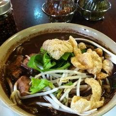 Photo taken at Bennie's Thai by Supisara C. on 9/14/2012